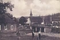 Jak se žilo ve Velemyšlevsi v roce 1939 (na snímku) nebo před pár lety, kdy se ještě přes údolí neklenul most, který odvedl tisíce aut mimo obec.