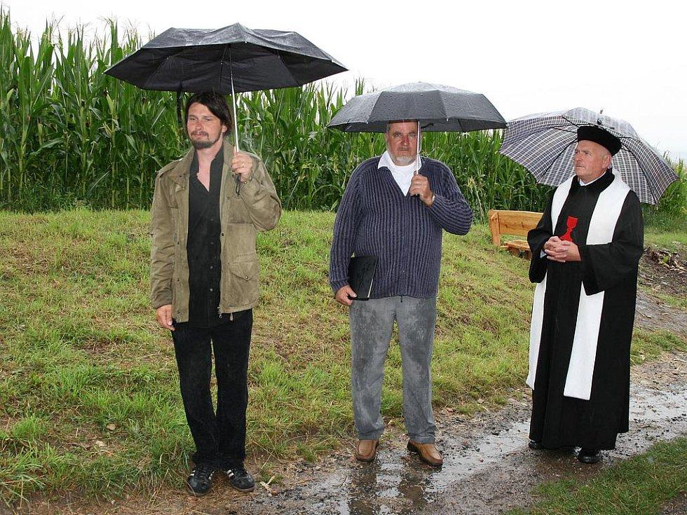 Luděk Lůžek a Tomáš Polcar při sobotní slavnosti u kříže.