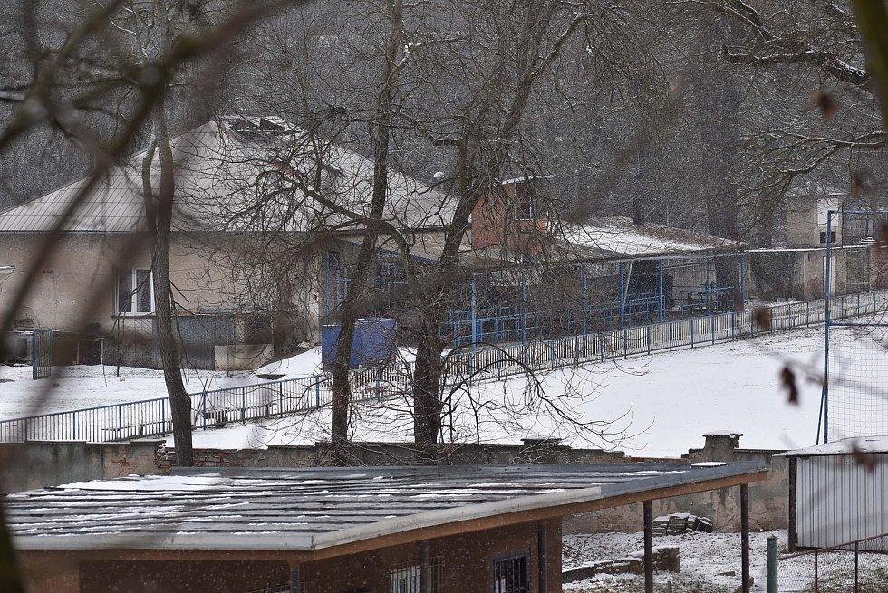 V areálu fotbalového hřiště v Postoloprtech skončilo kácení stromů, jejichž místo zabere posunuté hřiště. Současné budovy se zdemolují, ustoupí trase dálnice D7.