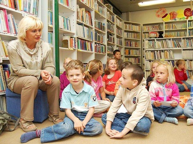 Třídní učitelka Jitka Černíková společně se s Martinem Pichem (zleva) a dalšími kamarády přišli včera do Městské knihovny v Lounech.