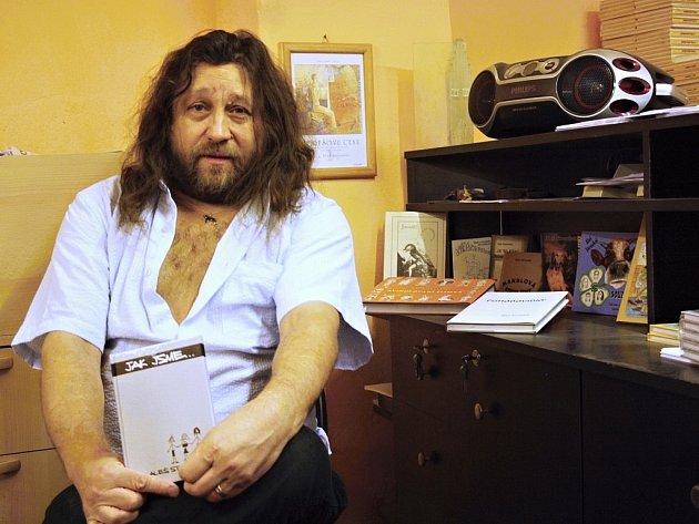 Aleš Stroukal (55), milovník literatury, rockové hudby, humoru a svobodného myšlení, držitel Borešovy ceny, ve své pracovně v Žatci.