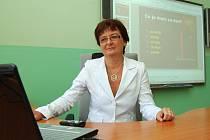 Učitelka gymnázia Alena Brožovská v nové moderní třídě.