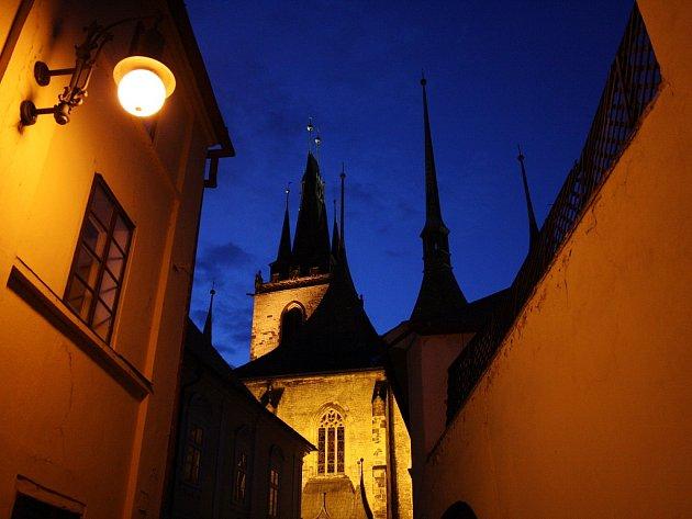Pohled na kostel sv. Mikuláše v Lounech z České ulice. Archivní foto