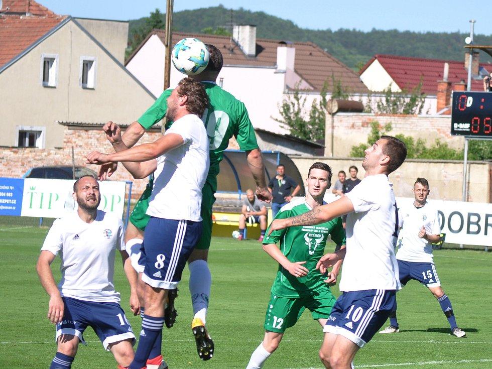 Dobroměřičtí (v bílém) sice porazili třetí Vilémov po penaltách, ale na udržení soutěže byly dva body málo.