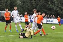 Hráči Aritmy (v bílém) sice za celý zápas netrefili bránu, ale po penaltách si z Loun odvezli dva body.
