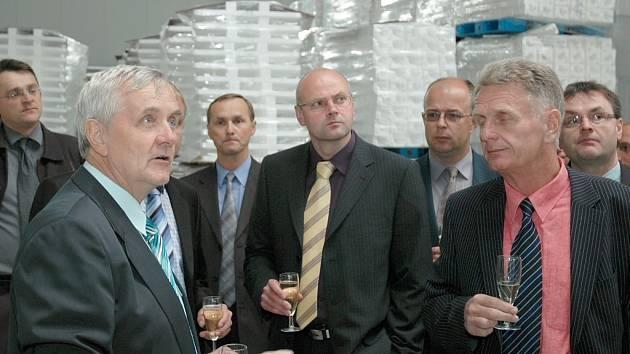 Majitel firmy Izopol Josef Dvořák (vlevo) ukazoval hostům slavnostního zahájení výroby v nové továrně v Podbořanech také sklady hotových výrobků z polysterenu.