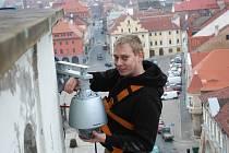 Petr Janouch na žatecké radniční věži výměňoval kamery loni v listopadu. Bezpečnostní kamery začne brzy využívat také radnice v Podbořanech.