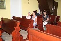 Kaple sv. Andělů strážných v Čeradicích u Žatce má nové dřevěné lavice.