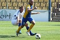 Fotbalisté Blšan (v modrožlutých dresech) porazili na úvod sezony Srbice. Obě branky domácích vstřelil Jiří Böhm (na snímku).