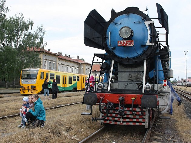 Desítky lidí na hlavním nádraží v Lounech opět obdivovaly parní lokomotivu přezdívanou Papoušek.