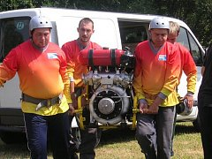 Ranští hasiči nesou vodní čerpadlo při jedné ze soutěží v požárním sportu