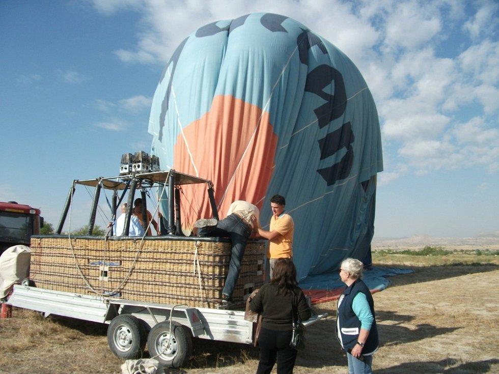 """Z balónu viděli """"měsíční"""" krajinu Kappadokie."""