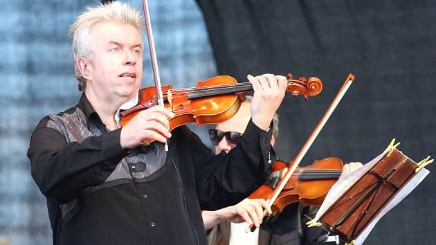 Houslista Jaroslav Svěcený na festivalu Open Air Panenský Týnec.