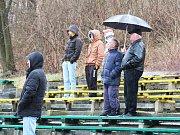Na nekryté tribuně zůstalo během vytrvalého deště jen pár fandů.