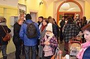Česko zpívá koledy v lounské knihovně