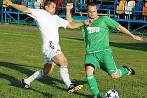 Fotbalové utkání Blšan (v bílém) proti Žatci. Na snímku žatecký Josef Baierl a blšanský Radek Krejčík.