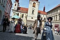 Herci a komparzisté při natáčení záběrů do seriálu Já, Mattoni v Žatci. Vpravo dole je herec Norbert Lichý.