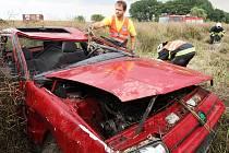 Automobil u Vroutku vylétl ze silnice do pole a po několika desítkách metrů se převrátil na střechu.
