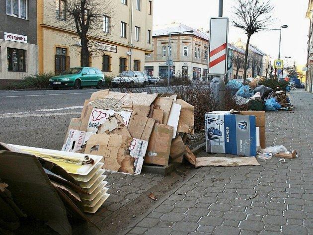 Podobným výjevům mají sběrové soboty zabránit. Na archivním snímku je Husova ulice v Lounech