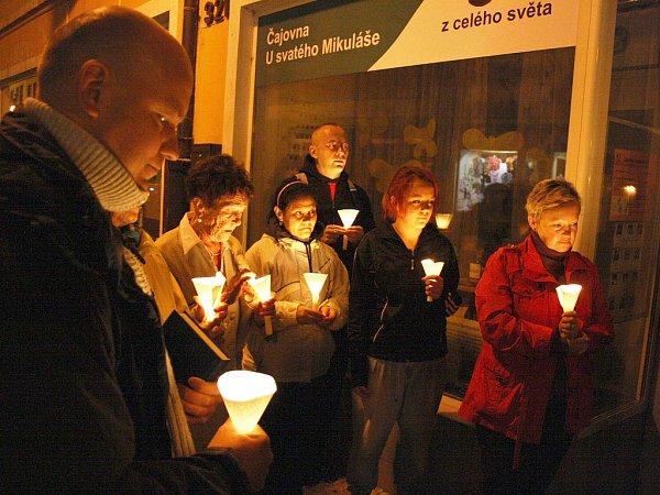 Noční průvod se svíčkami na jednom zminulých ročníků Noci kostelů vLounech