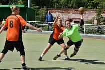 Národní házenkářky Žatce (v zelených dresech) v zápase proti Přešticím. Na snímku střílí Lucie Nesnídalová.
