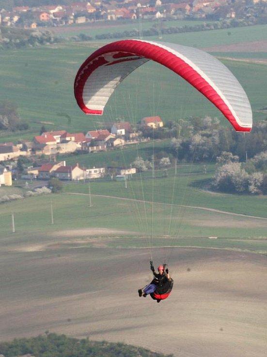 Ideální podmínky pro létání v těchto dnech lákají milovníky bezmotorového létání na kopec Raná v Lounech.