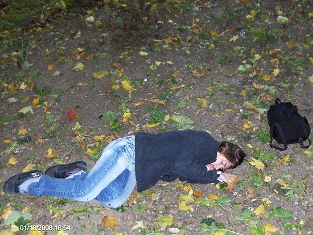 Mladá opilá žena si ustlala přímo v Masarykových sadech v Lounech.