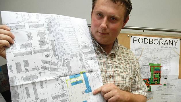 Investiční technik podbořanské radnice Petr Šikl ukazuje na plánu kasáren modře vyznačené budovy, kterých se demolice za deset milionů týkají.