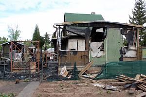Z chatky a okolí v postoloprtské zahrádkářské kolonii, kde uhořela žena se synem, mnoho nezbylo.