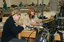 Zaměstnanci v nové továrně v Lounech při směně.