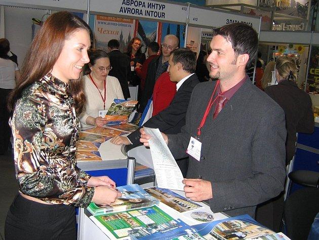 Jan Novotný, vedoucí žateckého infocentra, předává zájemkyni propagační materiály o městě na veletrhu cestovního ruchu v ruském Petrohradě.