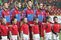 Jaromír Zmrhal (třetí zleva) při nástupu před utkáním ČR - Norsko.
