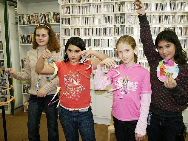 Denisa Zlatohlávková, Sandra Suková, Anna Porubčanová a Karin Suková ukazují dekorace, které vytvořily v lounské knihovně při celorepublikové akci Den pro dětskou knihu.