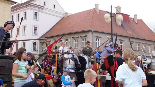 Putování s bitvou proti křižákům se zúčastnily stovky lidí.
