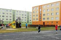 Dětské hřiště a paneláky v Postoloprtech na Draguši