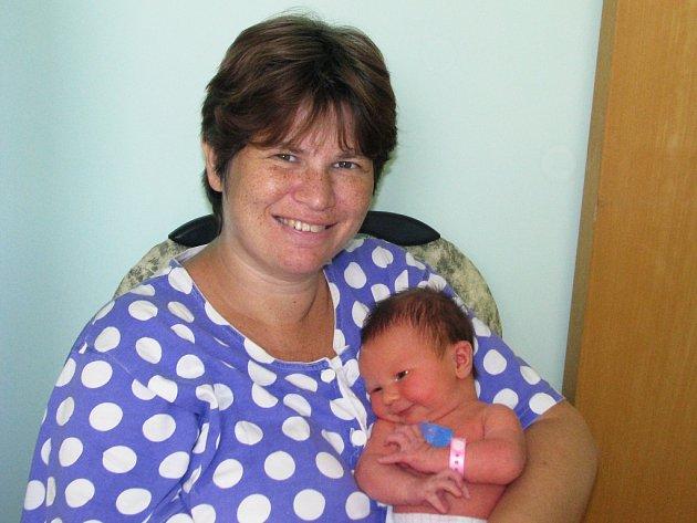 Mamince Monice Lhotské ze Žatce se 5. října 2012 ve 14.20 hodin narodila dcera Nikol Lhotská. Vážila 3,39 kilogramu a měřila 50 centimetru.