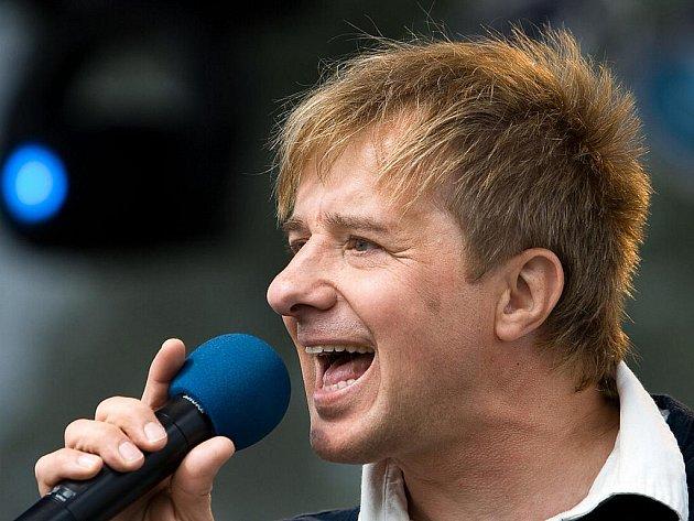 Petr Kotvald možná už v únoru zazpívá doma v Žatci – studentům a jejich rodičům a kamarádům na maturitním plese. Na rok 2010 chystá také turné.