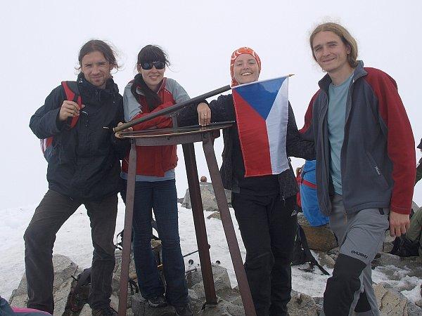 Michal, Eva, Petra a Štěpán (zleva) na vrcholu Galdhøpiggenu