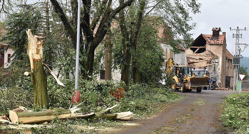 Škody po ničivé bouři ve Stebně na Podbořansku. Pátek 25. června
