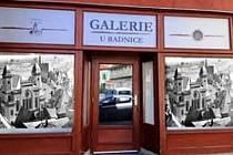 V centru Žatce se otevře nová galerie. A tov domě vedle radnice, dřív tam byl foto obchod. Slavnostní otevření a zahájení výstavní činnosti je v plánu v sobotu 13. června v 15 hodin.