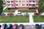 """Někteří řidiči si z chodníku v žatecké ulici Písečná opět udělali parkoviště. Problém na chvilku ustal, po několika týdnech se ale někteří šoféři na """"chodník – parkoviště"""" vrátili."""