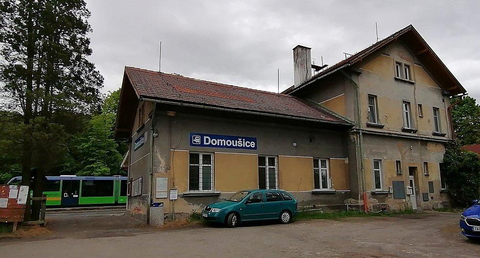 Železniční nádraží v Domoušicích. Staví tam osobní vlaky na trati mezi Louny a Rakovníkem.
