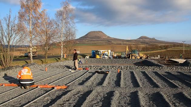 Dokončování výstavby kořenové čistírny odpadních vod v Nečichách na Lounsku na konci roku 2015