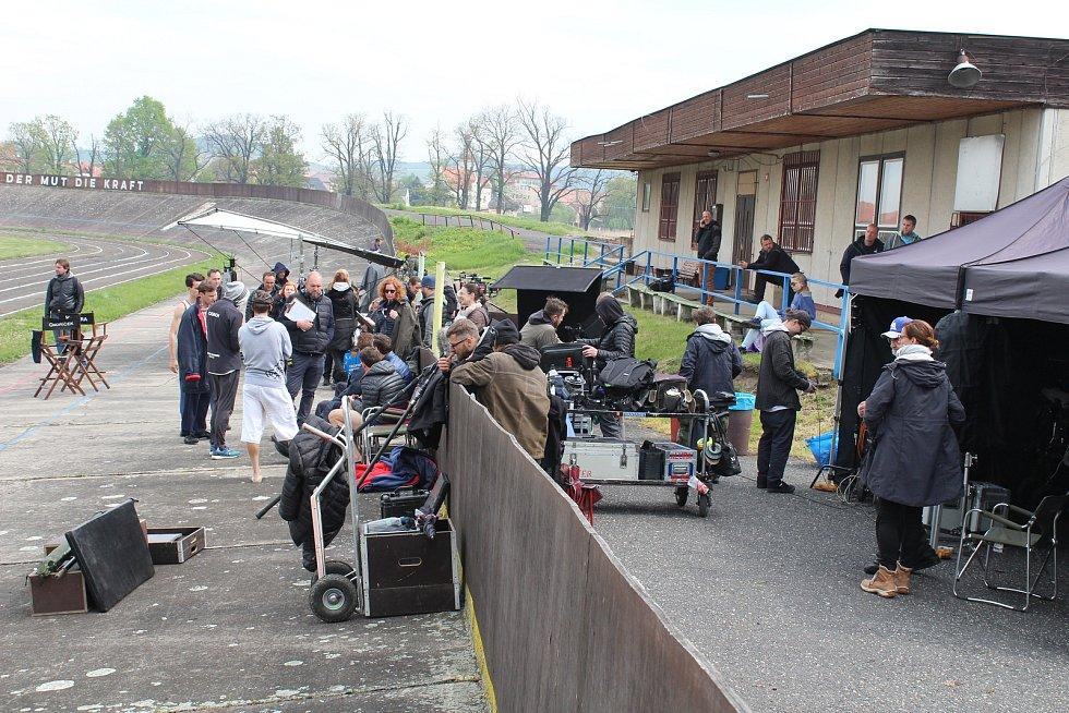 V Lounech se natáčí snímek Zátopek. Slavného běžce hraje Václav Neužil, režisérem je David Ondříček.