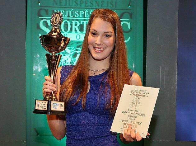 Lucie Svěcená pozvedla cenu za celkové vítězství v anketě a také za kategorii Sportovní hvězda Deníku
