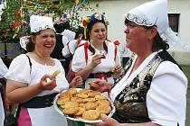 Ženy se chlubí výtečnými slanými koláči při staročeských májích v Nepomyšli.