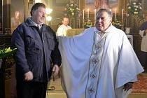 Lounský děkan Werner Horák (vpravo) vítá návštěvníky při sobotním vysvěcování kostela sv. Mikuláše v Orasicích.