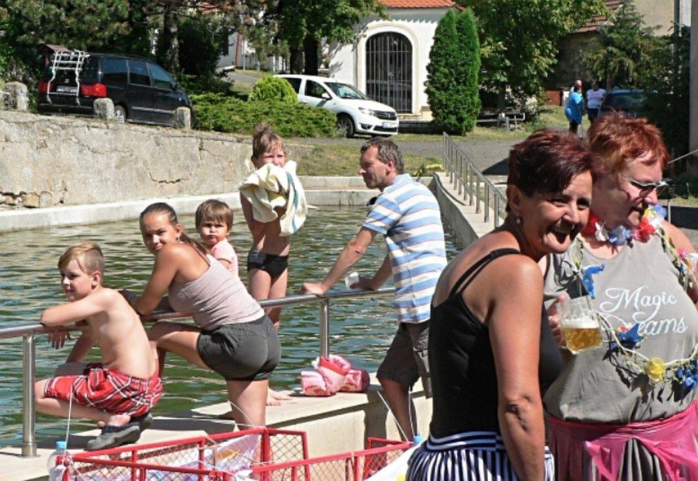 Letos v létě se na opravené nádrži v Úhercích konala neckyáda. Místní by z ní chtěli udělat tradici.