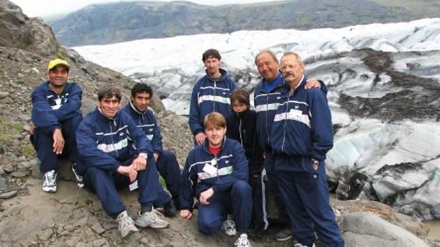 Tuchořická výprava se fotografuje na ledovci Svínafellsjökull na Islandu při loňském běhu Evropou. Letos poběží hlavně po Velké Británii a Irsku.