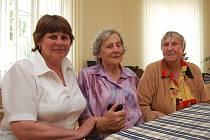 Jitka Turková, Růžena Smrčková a Eliška Lískovcová se po několika letech opět setkaly. Přijely se podívat a společně zavzpomínat do žateckého domova v Žatci.